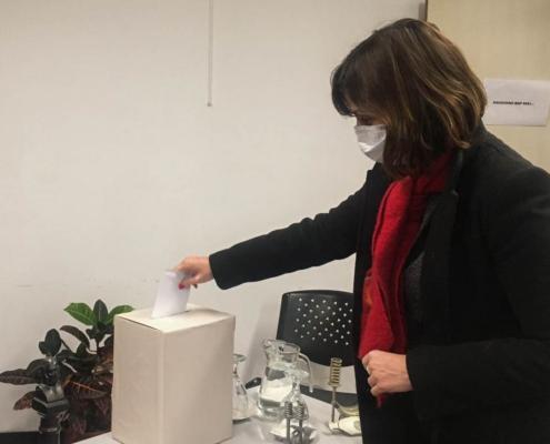Antonella Goyeneche vota en las elecciones de la Agencia de Desarrollo